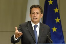 Sarkozy_with_eu_flag_backdrop